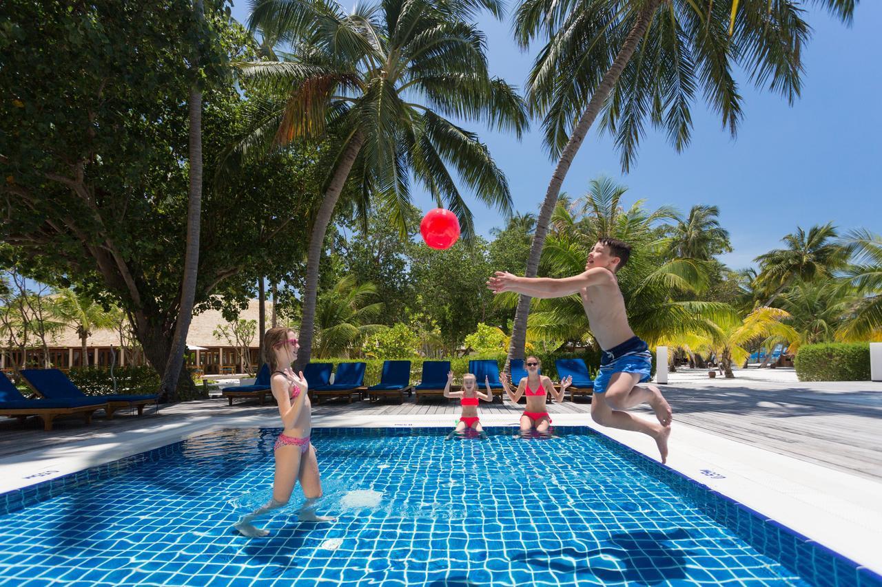 Три голые подруги позируют в бассейне с цветными шарами